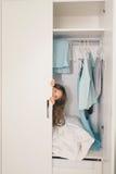 Śliczna mała dziewczynka chuje w garderobie Obraz Stock
