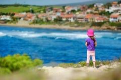 Śliczna mała dziewczynka cieszy się widok zdjęcie stock