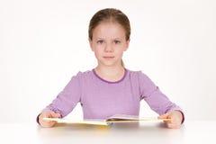 Śliczna mała dziewczynka czyta książkę Zdjęcie Royalty Free