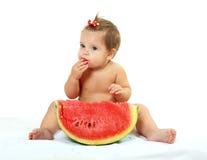 Śliczna mała dziewczynka je arbuza plasterek Fotografia Royalty Free