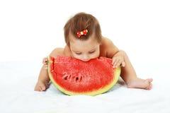 Śliczna mała dziewczynka je arbuza plasterek Zdjęcia Royalty Free