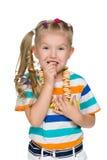 Śliczna mała dziewczynka je bagels obraz stock