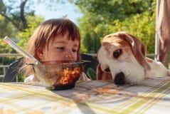 Śliczna mała dziewczynka je płatki z mlekiem fotografia royalty free