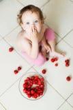 Śliczna mała dziewczynka je truskawki Fotografia Royalty Free