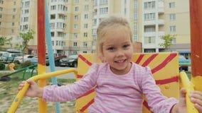 Śliczna mała dziewczynka jedzie huśtawkę zbiory wideo