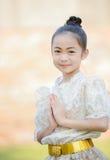 Śliczna mała dziewczynka jest ubranym tajlandzkiego smokingowego wynagrodzenie szacunek obraz stock