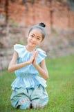 Śliczna mała dziewczynka jest ubranym typowego tajlandzkiego smokingowego wynagrodzenie szacunek fotografia royalty free