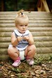 Śliczna mała dziewczynka jest usytuowanym blisko mosta Zdjęcie Royalty Free