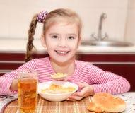 Śliczna mała dziewczynka ma śniadaniowych zboża Zdjęcie Royalty Free