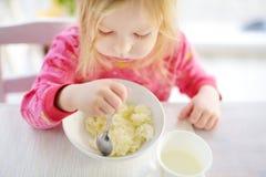 Śliczna mała dziewczynka ma oatmeal dla śniadania Obraz Stock