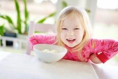 Śliczna mała dziewczynka ma oatmeal dla śniadania Zdjęcie Stock