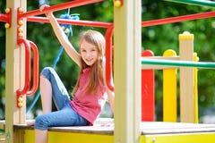 Śliczna mała dziewczynka ma zabawę na boisku Zdjęcie Royalty Free