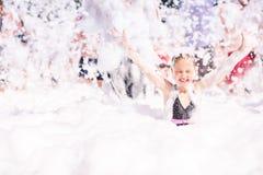 Śliczna mała dziewczynka ma zabawę przy piany przyjęciem Obraz Royalty Free