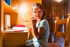 Śliczna mała dziewczynka maluje w domu, wygoda i harmonia, Zdjęcia Stock