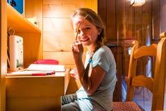 Śliczna mała dziewczynka maluje w domu, wygoda i harmonia, Zdjęcie Royalty Free
