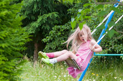 Śliczna mała dziewczynka na huśtawce Fotografia Stock
