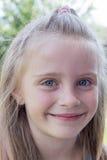 Śliczna mała dziewczynka na naturze w letnim dniu zdjęcie stock