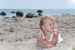 Śliczna mała dziewczynka na th plaży Zdjęcia Royalty Free