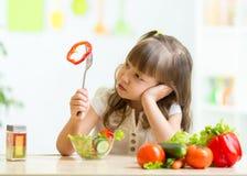 Śliczna mała dziewczynka no chce jeść zdrowego jedzenie obrazy royalty free