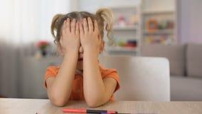 Śliczna mała dziewczynka odkrywa oczy i ono uśmiecha się na kamerze, dzieciństwo niewinność zdjęcie wideo