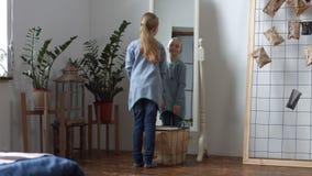 Śliczna mała dziewczynka podziwia jej odbicie w lustrze zbiory wideo