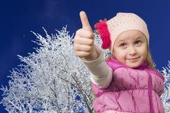 Śliczna mała dziewczynka pokazuje ok Obraz Royalty Free