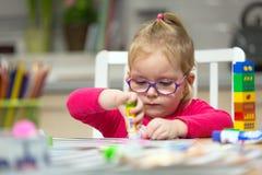 Śliczna mała dziewczynka robi preschool malować i pracie domowej obraz stock