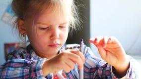 Śliczna mała dziewczynka Siedzi przy Jej stołem i Rysuje z kredkami zbiory wideo