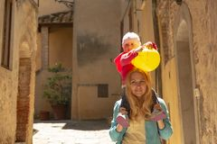 Śliczna mała dziewczynka trzyma żółtego balon na ramionach on Obraz Stock