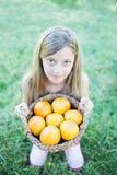 Śliczna mała dziewczynka trzyma kosz Zdjęcie Royalty Free