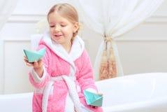 Śliczna mała dziewczynka w łazience Obraz Stock