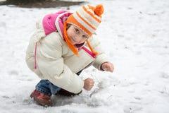 Śliczna mała dziewczynka w śniegu zdjęcia royalty free