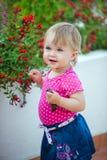 Śliczna mała dziewczynka w bluzki różowych kosztach o kwiacie zdjęcie royalty free