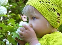Śliczna mała dziewczynka w boisku Zdjęcia Royalty Free