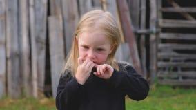Śliczna mała dziewczynka w czarnym pulowerze zbiory