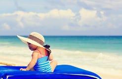 Śliczna mała dziewczynka w dużym kapeluszu na lato plaży Fotografia Royalty Free