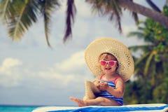 Śliczna mała dziewczynka w dużym kapeluszu na lato plaży Zdjęcia Royalty Free