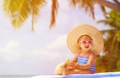 Śliczna mała dziewczynka w dużym kapeluszu na lato plaży Obraz Stock