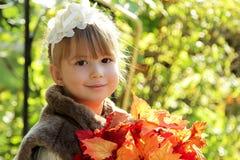 Śliczna mała dziewczynka w jesień parku obrazy royalty free