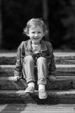 Śliczna mała dziewczynka w parku w letnim dniu Obraz Stock