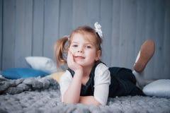 Śliczna mała dziewczynka w princess kostiumu Ładny dziecka narządzanie dla kostiumowego przyjęcia obrazy stock