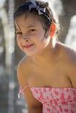 Śliczna mała dziewczynka w różowego korala smokingowy bawić się w fontaine Zdjęcia Stock