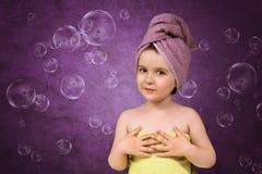 Śliczna mała dziewczynka w ręczniki po skąpania Fotografia Stock