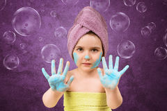 Śliczna mała dziewczynka w ręczniki po skąpania Zdjęcia Royalty Free