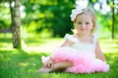 Śliczna mała dziewczynka w spódniczce baletnicy przy parkiem obrazy stock