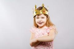 Śliczna mała dziewczynka w sukni przy studiiem Zdjęcia Stock