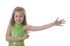Śliczna mała dziewczynka wskazuje jej rękę w częściach ciała uczy się szkolnego mapy seria Zdjęcia Royalty Free