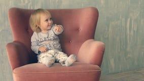 Śliczna mała dziewczynka wspina się na karle i zabawę zdjęcie wideo