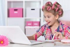 Śliczna mała dziewczynka wypięknia herselves Fotografia Stock