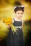 Śliczna mała dziewczynka z dandelions Zdjęcia Royalty Free